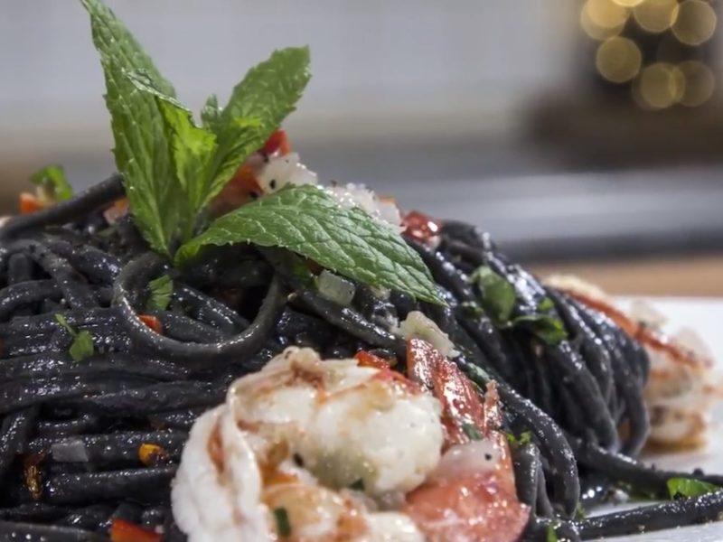 Γαρίδες με μαύρο σπαγγέτι, κόκκινη πιπεριά & δυόσμο