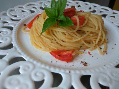 Σπαγγέτι με φρέσκια ''σάλτσα'' ντομάτας και μυρωδικά