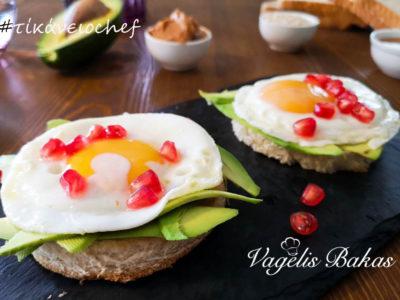 Πρωινό #1 Αυγά σε φρυγανισμένο ψωμί, αβοκάντο και πέρλες ροδιού