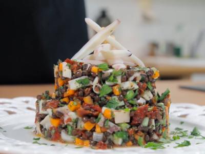 Καλαμάρι σαλάτα με φακές μπελουγκα και λιαστή ντομάτα